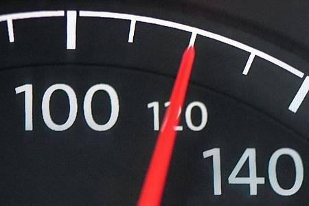 Eine Höchstgeschwindigkeit von 120 Kilometern pro Stunde würde 2,6 Millionen Tonnen CO2 pro Jahr vermeiden. Foto: Patrick Pleul/dpa-Zentralbild/dpa