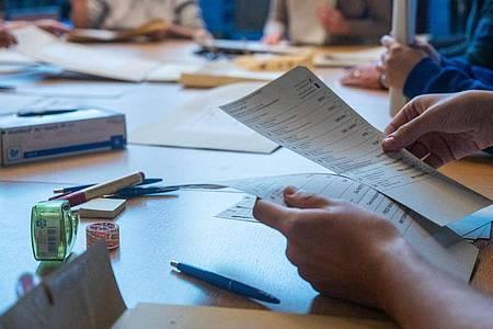 In Berlin werden Stimmen gezählt. Symbolbild. Foto: Christophe Gateau/dpa