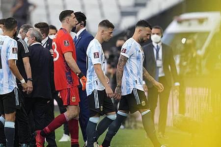 Argentiniens Nicolas Otamendi (l-r), Giovani Lo Celso und Emiliano Martinez verlassen das Spielfeld. Foto: Andre Penner/PA Wire/dpa
