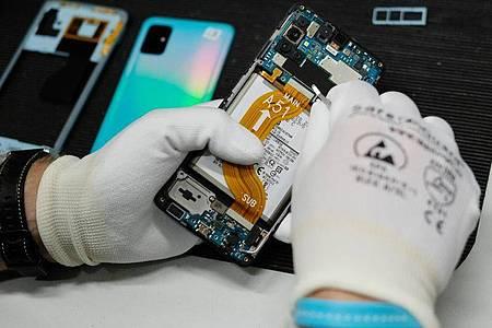 Der Technologie-Händler und Dienstleister Komsa will das Geschäft mit gebrauchten und generalüberholten Smartphones ausbauen. Foto: Sebastian Willnow/dpa-Zentralbild/dpa