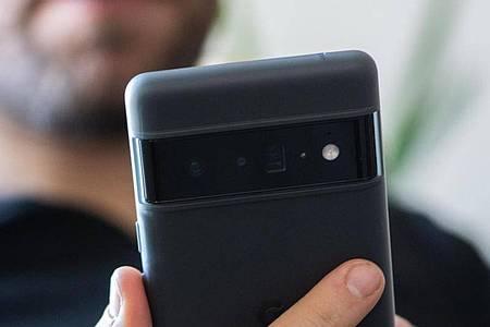 Das größere Pixel 6 Pro kann man bislang nur vorbestellen. Foto: Franziska Gabbert/dpa-tmn