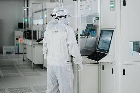 Reinraum in der neuen Chipfabrik von Infineon. Mitten im weltweiten Chipmangel eröffnet der Halbleiterkonzern Infineon sein neuestes Werk im österreichischen Villach. Foto: Infineon/dpa