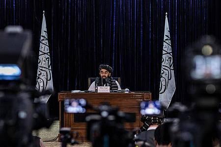 Zabihullah Mudschahid, Sprecher der militant-islamistischen Taliban-Regierung, bei einer Pressekonferenz in Kabul (Archivfoto). Foto: Oliver Weiken/dpa