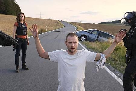 Louis Bürger (Max Riemelt) hat die Ausweglosigkeit der Lage erkannt - er lässt sich festnehmen. Foto: MDR/W&B Television/Michael Kotschi/dpa