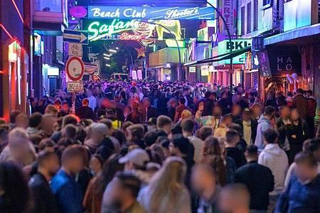 Nachtschwärmer in Hamburg. Foto: Jonas Walzberg/dpa