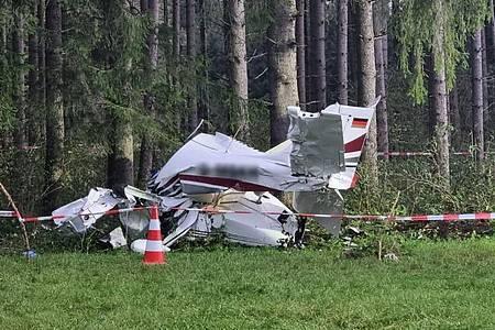 Das Flugzeug ist nahe eines Waldes abgestürzt. Foto: Nicolas Schäfers/benjamin Liss/dpa