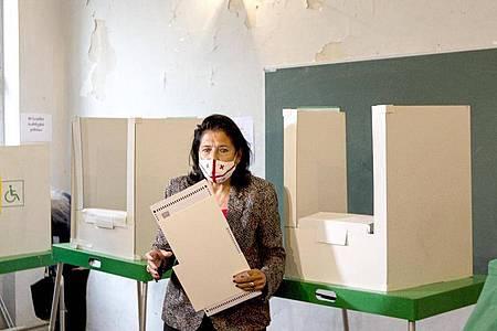 Salome Surabischwili, Präsidentin von Georgien, hält ihren Stimmzettel in einem Wahllokal während der Kommunalwahlen. Foto: Shakh Aivazov/AP/dpa