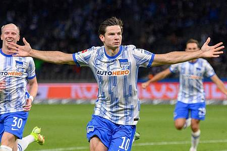 Jurgen Ekkelenkamp (M) feiert seinen Treffer für Hertha. Foto: Soeren Stache/dpa-Zentralbild/dpa