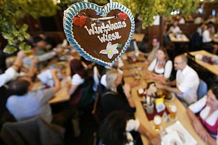 Die Münchner Innenstadtwirte und die Wiesnwirte haben mit Musik, Wiesn-Schmankerl und Wiesn-Bier in ihren Gaststätten trotz des erneut abgesagten Oktoberfests etwas Volksfeststimmung in die Stadt geholt. Foto: Angelika Warmuth/dpa