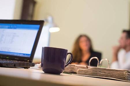 Einen allgemeinen Anspruch auf Homeoffice gibt es nicht. Wenn der Arbeitgeber keine entsprechende Vereinbarung getroffen hat, müssen Angestellte weiterhin ins Büro kommen. Foto: Klaus-Dietmar Gabbert/dpa-tmn
