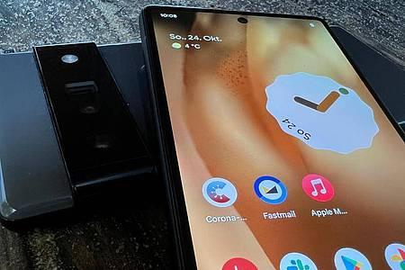 Das Pixel 6 Pro (l.) hat im schwarzen Balken noch eine Zoomkamera mit Periskoplinse. Foto: Christoph Dernbach/dpa-tmn