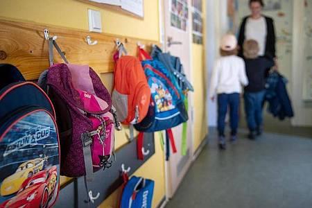Rucksäcke hängen im Eingangsbereich eines brandenburgischen Kindergartens. Auffallend viele Kinder machen seit einigen Wochen Atemwegsinfekte durch, die eigentlich erst in den Wintermonaten zu erwarten wären. Foto: Monika Skolimowska/dpa-Zentralbild/dpa