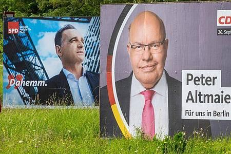 Außenminister Heiko Maas (SPD, l) hat das Duell gegen Wirtschaftsminister Peter Altmaier (CDU) um das Direktmandat im Wahlkreis Saarlouis gewonnen. Foto: Harald Tittel/dpa
