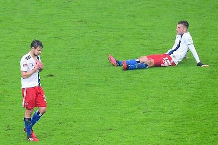 Louis Schaub (l) und Jordan Beyer vom Hamburger SV sind nach der Niederlage konsterniert. Foto: Daniel Bockwoldt/dpa