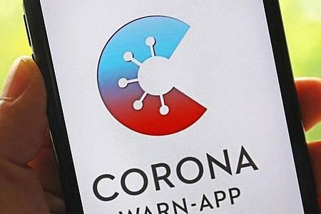 Die offizielle Corona-Warn-App ist auf einem Smartphone zu sehen. Foto: Oliver Berg/dpa