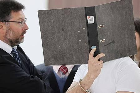 Der Angeklagte (r.) in Handschellen im Verhandlungssaal des Landgerichtes Gera. Foto: Bodo Schackow/dpa-zentralbild/dpa