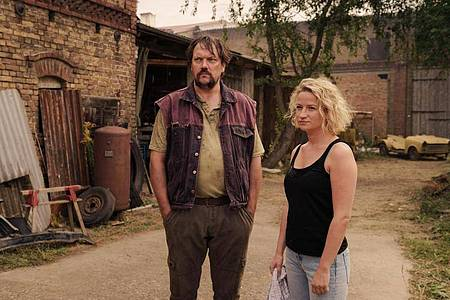Nach langer Zeit ist Schaller (Charly Hübner) wieder ins Dorf zurückgekehrt. Möchte er nur die Beziehung zu seiner Tochter Miriam (Nina Gummich) verbessern?. Foto: ZDF/Stefan Erhard/dpa