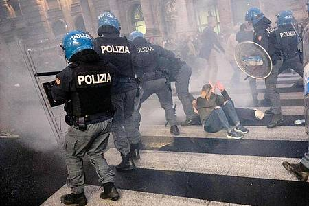 Tränengas weht über eine Straße. Foto: Mauro Scrobogna/LaPresse via ZUMA Press/dpa