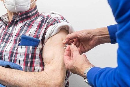 Hochbetagte haben nach der ersten Impfserie häufig eine geringere Immunität gegen das Coronavirus aufgebaut als Jüngere - darum raten Fachleute ihnen zur Auffrischung. Foto: Benjamin Nolte/dpa-tmn