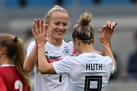 Empfiehlt sich mit ihren vier Toren gegen Serbien für die EM in England: Lea Schüller (l) feiert das 4:1 mit Svenja Huth. Foto: Hendrik Schmidt/dpa-Zentralbild/ZB