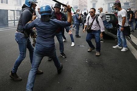 Arbeitnehmerinnen und Arbeitnehmer im öffentlichen und privaten Sektor müssen ab dem 15. Oktober einen Gesundheitspass vorweisen. Dagegen gibt es Proteste. Foto: Cecilia Fabiano/LaPresse via ZUMA Press/dpa