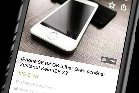 Über Portale wie Ebay Kleinanzeigen kann man das alte Smartphone anbieten - am besten legt man hier eine Abholung gegen Barzahlung fest. Foto: Catherine Waibel/dpa-tmn