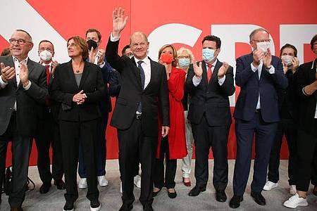 Olaf Scholz (M) hat auf der Wahlparty im Willy-Brandt-Haus Grund zur Freude. Foto: Wolfgang Kumm/dpa