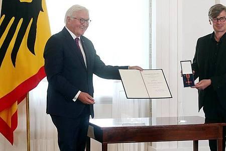 Bundespräsident Frank-Walter Steinmeier verleiht im Schloss Bellevue den Verdienstorden der Bundesrepublik Deutschland. Foto: Wolfgang Kumm/dpa