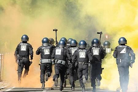 Bei Demonstrationen, Fußballspielen oder Routineeinsätzen kommt es immer wieder zu Angriffen gegen Polizisten oder Widerstandshandlungen. Die Zahl der Vorfälle ist auch 2020 gestiegen. Foto: Sebastian Kahnert/dpa