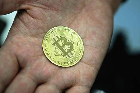 Eine nachgemachte Münze mit dem Logo der Digitalwährung Bitcoin. Foto: Nicolas Armer/dpa