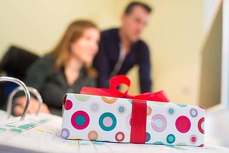 Ein Geschenk ist eine nette Aufmerksamkeit. Im Arbeitskontext ist jedoch Vorsicht geboten. Foto: Klaus-Dietmar Gabbert/dpa-tmn