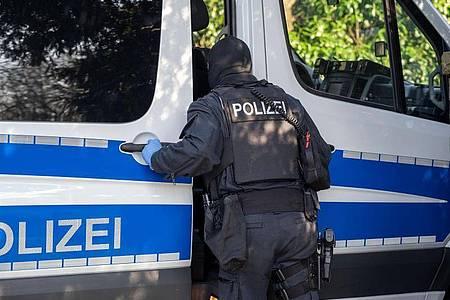 Ein Polizist während der Razzia in Gummersbach in der vergangenen Woche. Foto: Markus Klümper/dpa