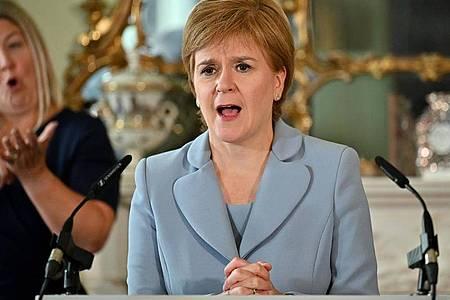 Nicola Sturgeon, Erste Ministerin von Schottland, will eine Impfpflicht für Discos und Großveranstaltungen einführen. Foto: Jeff J Mitchell/PA Wire/dpa