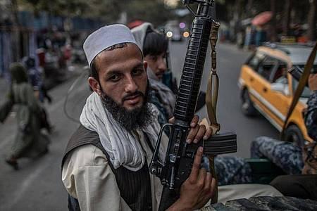 Junge Taliban-Kämpfer auf einem Pick-Up in den Straßen von Kabul. Foto: Oliver Weiken/dpa