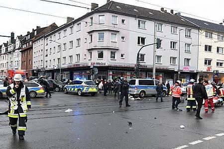 Einsatzkräfte an der Straßenbahn-Haltestelle, an der eine Seniorin Ende Februar in eine Menschenmenge gefahren ist. Foto: Stephan Witte/KDF-TV & Picture/dpa