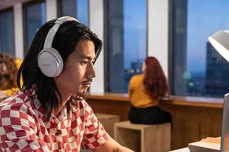 Kopfhörer mit Active Noice Cancelling (ANC) wie der neue Bose QC 45 blenden störende Außengeräusche einfach per Gegenschall aus. Foto: Bose/dpa-tmn