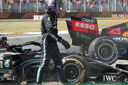 Lewis Hamilton vom Team Mercedes geht nach einem Zusammenstoß mit Red-Bull-Racing-Fahrer Verstappen an seinem Rennwagen vorbei. Foto: Luca Bruno/AP/dpa