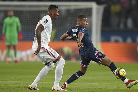 Lyon-Neuzugang Jérôme Boateng (l) im Zweikampf mit Kylian Mbappé. Foto: Francois Mori/AP/dpa