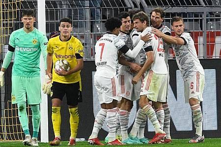 Bayerns Spieler um Torschütze Thomas Müller (3.v.r) freuen sich nach dem 0:2 über die Zwei-Tore-Führung. Foto: Bernd Thissen/dpa