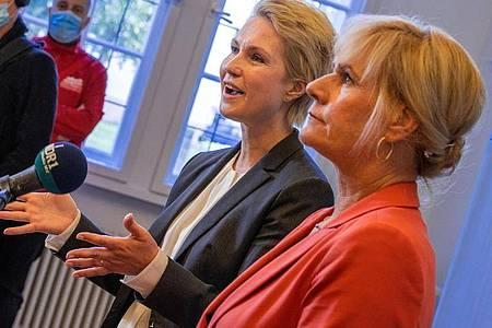 Manuela Schwesig (SPD, links), die Ministerpräsidentin von Mecklenburg-Vorpommern, und Simone Oldenburg, die Fraktionschefin der Linken im Landtag. Foto: Jens Büttner/dpa-Zentralbild/dpa