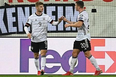 Torschütze Timo Werner (l) feiert seinen Treffer zum 1:0 mit Robin Gosens. Foto: Sven Hoppe/dpa