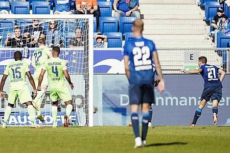 Hoffenheims Andrej Kramaric (r) trifft zum zwischenzeitlichen 1:1. Foto: Uwe Anspach/dpa