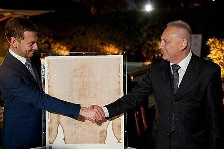 Sachsens Ministerpräsident Michael Kretschmer (CDU, l) trifft in der deutschen Botschaft mit Felice Perani zusammen. Foto: Pawel Sosnowski/Sächsische Staatskanzlei/dpa