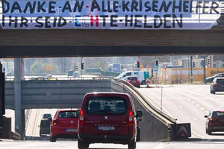"Ein ""Danke an alle Krisenhelfer"" am Messeschnellweg in Hannover. Foto: Julian Stratenschulte/dpa"