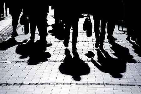 Ein Kommen und Gehen in großen Städten. Foto: Rolf Vennenbernd/dpa