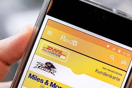 Die App Pass2U bietet eine Scanfunktion zum Einlesen diverser Barcode-Typen. Foto: Zacharie Scheurer/dpa-tmn