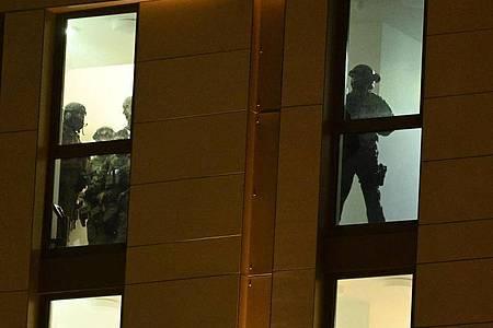 Spezialkräfte der Polizei während eines Einsatzes in einem Hotel in Düsseldorf. Foto: Henning Kaiser/dpa