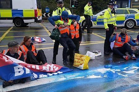 30 bis 40 Klimaaktivisten blockierten zum sechsten Mal innerhalb weniger Wochen einen Teil der Londoner Ringautobahn M25. Foto: Steve Parsons/PA Wire/dpa