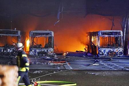Am Abend ist es zu einem Brand im Busdepot der Stuttgarter Verkehrsbetiebe gekommen. Foto: Andreas Rosar/dpa