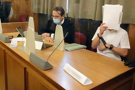 Der Hauptangeklagte (r) neben seinem Anwalt im Juli 2021 im Prozess am Landgericht Tübingen. Foto: Vanessa Reiber/dpa